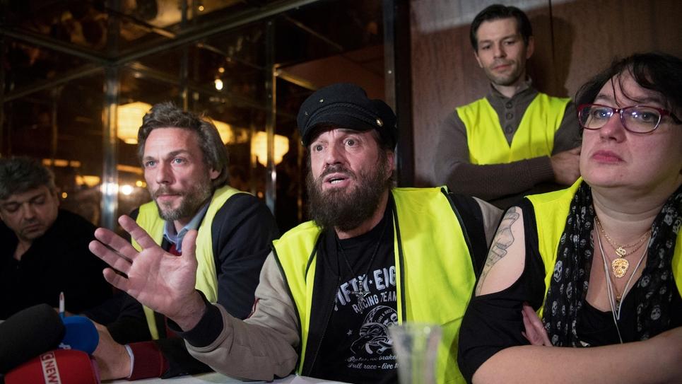 """Le chanteur Francis Lalanne (c) et les """"gilets jaunes"""" Joëlle Corte (d) et Vincent Salvadorini (2e g) donnent une conférence de presse pour le lancement d'un """"rassemblement Gilet jaune citoyen"""", en vue des élections européennes, le 17 décembre 2018 à"""