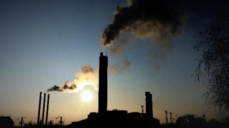 Fumée et pollution qui s'échappent d'une usine dans le nord de la France