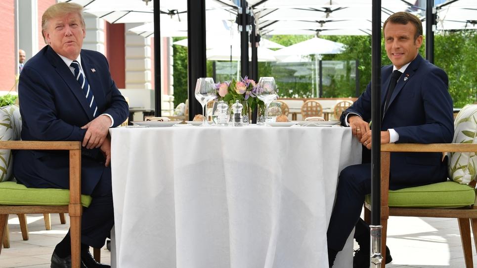 Le président américain Donald Trump (G) et son homologue français Emmanuel Macron déjeunent à Biarritz, le 24 août 2019 dans le sud-ouest de la France