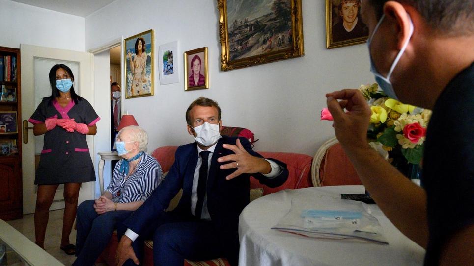 Emmanuel Macron rend visite, le 4 août 2020, à une octogénaire, bénéficiaire d'un service d'aide à domicile à Toulon