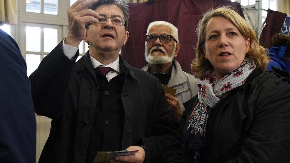 Danielle Simonnet, élue LFI, au côté de Jean-Luc Mélenchon, dans un bureau de vote à Paris, le 7 mai 2017
