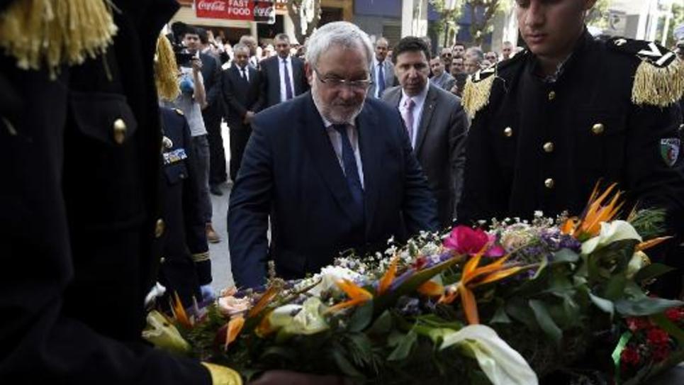 Le secrétaire d'Etat français chargé des Anciens combattants, Jean-Marc Todeschini, rend hommage aux victimes algériennes du massacre de Sétif, le 19 avril 2015