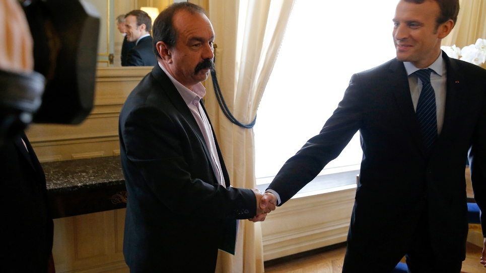 Le secrétaire général de la CGT, Philippe Martinez (g), reçu à l'Elysée par le président Emmanuel Macron, le 12 octobre 2017