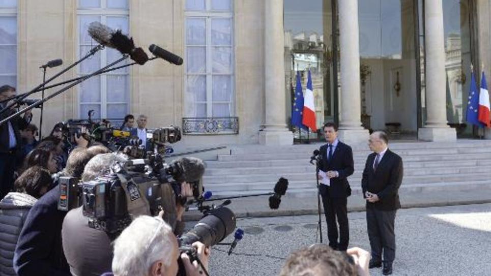 Le Premier ministre Manuel Valls réagit devant la presse à l'annonce d'un attentat déjoué, en présence du ministre de l'Intérieur Bernard Cazeneuve dans la cour de l'Elysée, le 22 avril 2015 à Paris