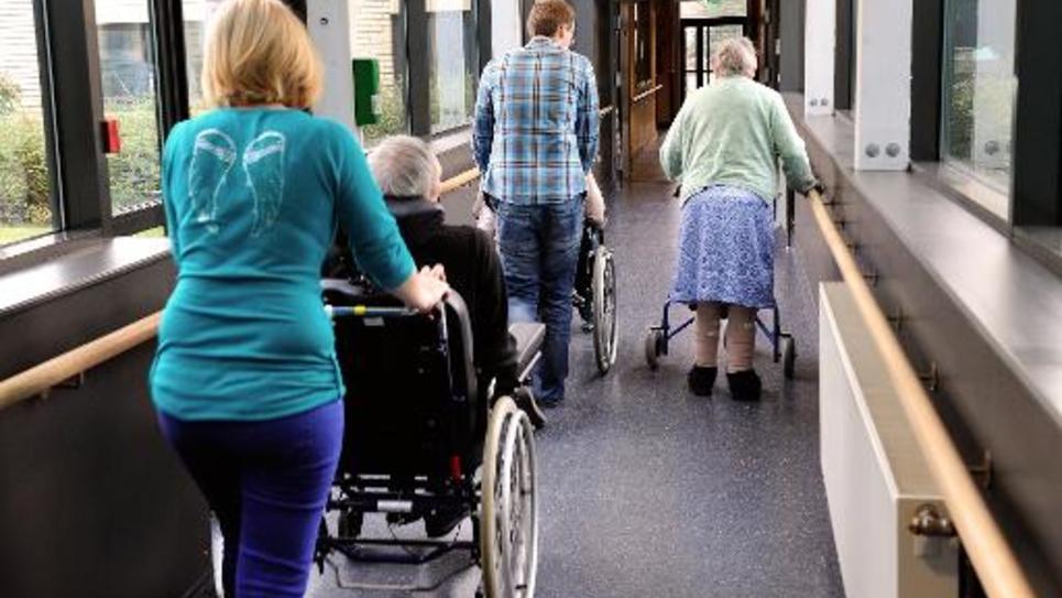 Des personnes âgées assistées par de jeunes volontaires, le 4 décembre 2013 dans une maison de retraite à Lens, dans le nord de la France