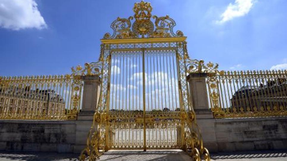 Le 24 juin 2014, les grilles de l'entrée royale du château de Versailles, destination touristique de choix