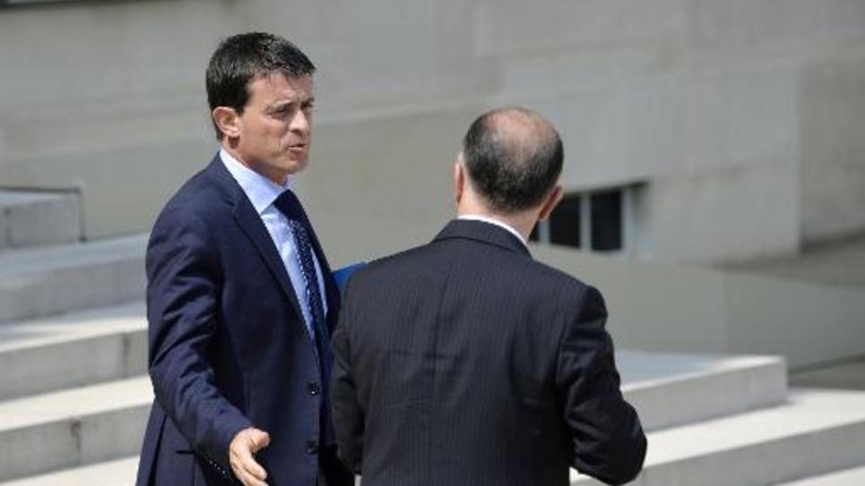 Le Premier ministre Manuel Valls (g) et le ministre de l'Intérieur Bernard Cazeneuve, le 23 juillet 2014 à l'Elysée