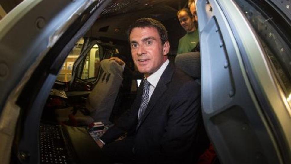 Le Premier ministre Manuel Valls dans le cockpit d'un Airbus A380, le 22 septembre 2014 chez Airbus à Hambourg