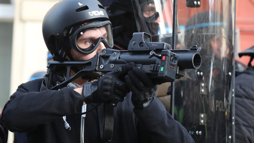 """Un policier armé d'un LBD 40 lors de la manifestation des """"gilets jaunes"""" du 9 février 2019 à Paris"""
