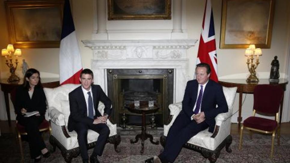 Rencontre à Downing Street, à Londres, entre le Premier ministre britannique David Cameron (d) et son homologue français Manuel Valls (2e à g) le 6 octobre 2014