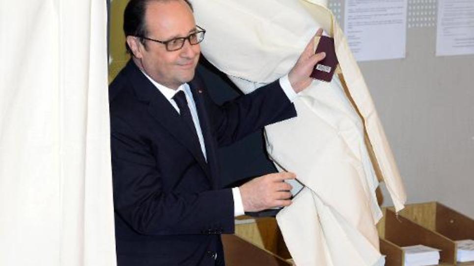 Le président français François Hollande sort de l'isoloir le 22 mars 2015 à Tulle