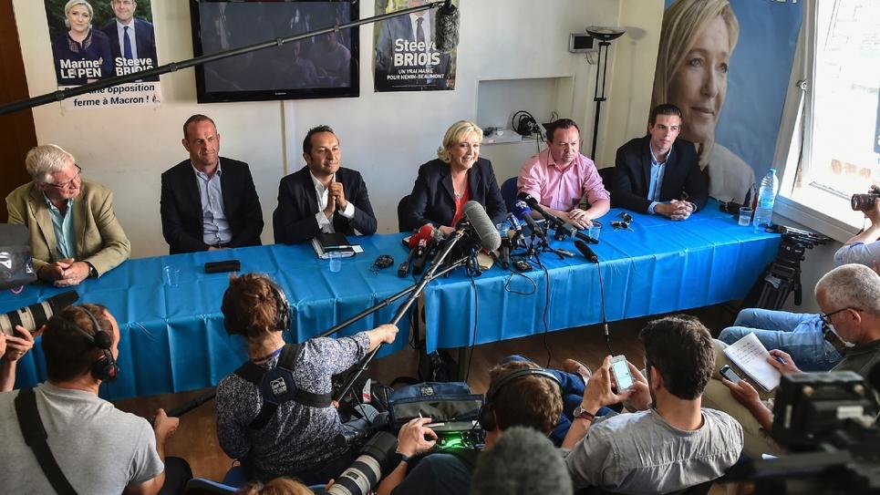 La présidente du Front national Marine Le Pen avec quatre autres députés FN lors d'une conférence de presse à Hénin-Beaumont, dans le nord de la France, le 19 juin 2017