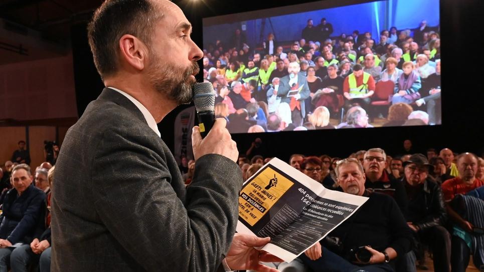 """Le maire de Béziers, Robert Ménard, lors d'un débat avec des """"gilets jaunes"""", le 4 février 2019"""