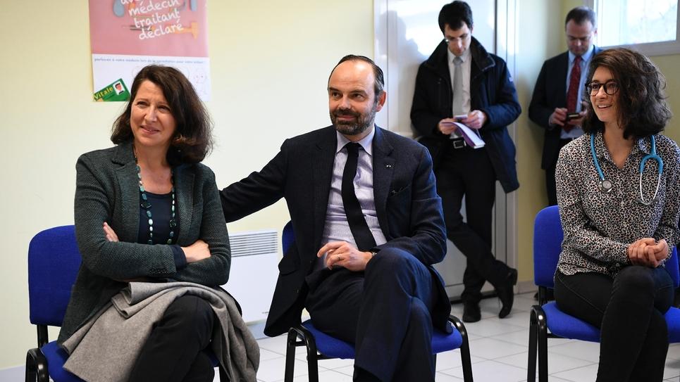 Agnès Buzyn (g) et Edouard Philippe (c) lundi 11 février 2019 dans une maison de santé pluridisciplinaire à Avoine