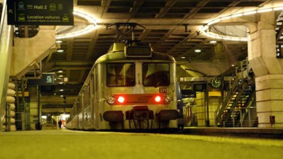 Un train entre en gare Montparnasse, à Paris, le 17 juin 2014