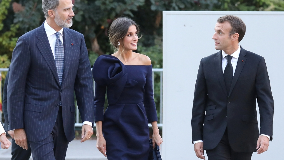 Le président Emmanuel Macron accueille le roi d'Espagne Felipe VI et son épouse Letizia avant d'aller visiter l'exposition Miro au Grand Palais à Paris, le 5 octobre 2018