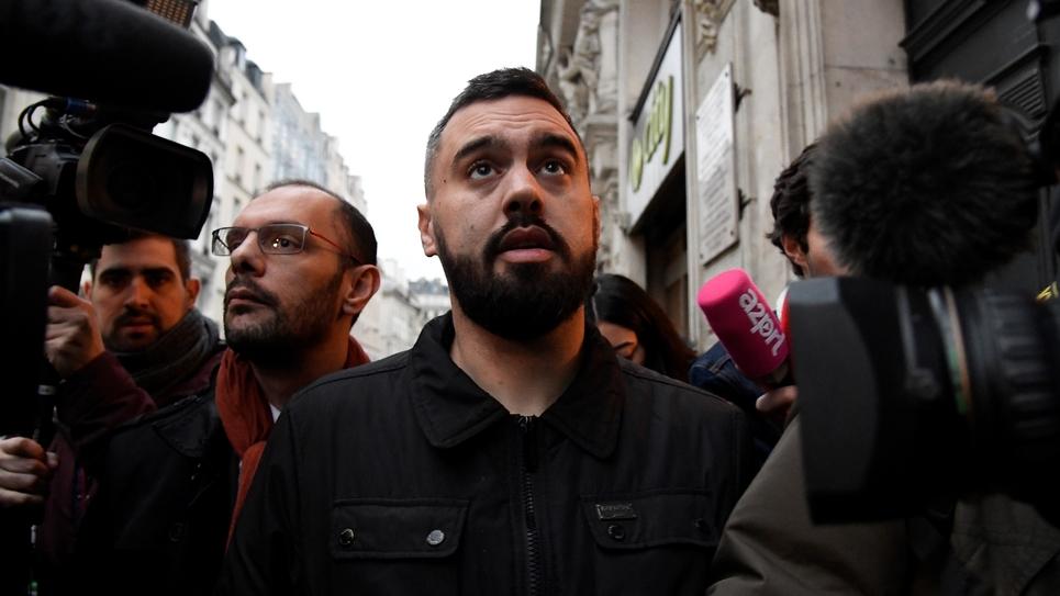 Eric Drouet, accompagné de son avocat (g), sort de sa garde à vue Paris, le 3 janvier 2018