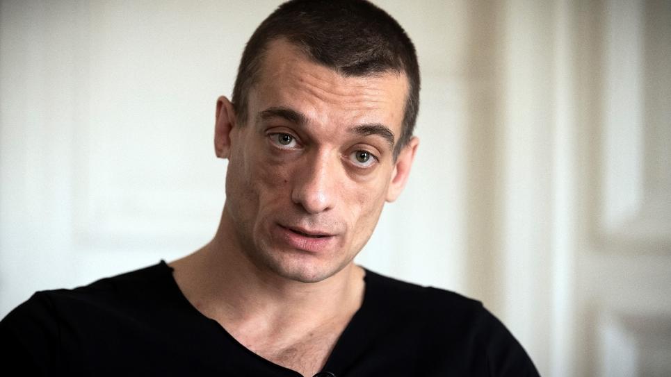 L'artiste russe Piort Pavlenski lors d'une interview avec l'AFP à Paris, le 14 février 2020