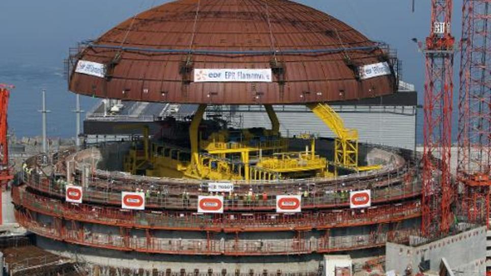 Installation d'un dôme sur un réacteur de l'EPR de Flamanville le 16 juillet 2013