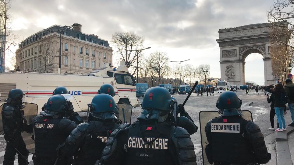 Des gendarmes sur les Champs Elysées