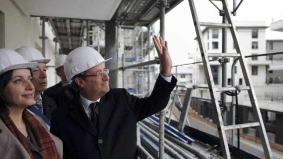 Hollande visite un chantier