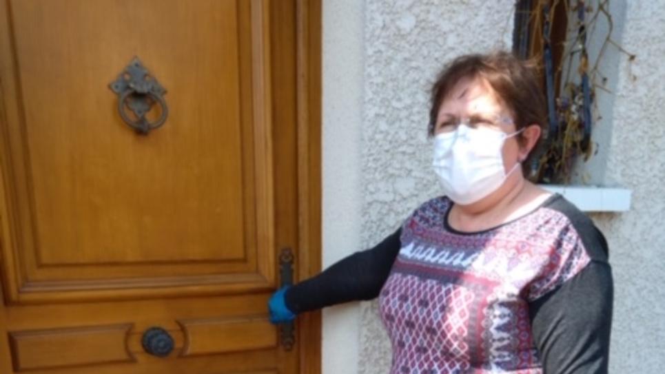 Infirmière à domicile avec un masque