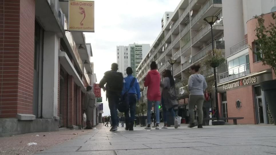 Groupe de jeunes de dos, marchant en banlieue