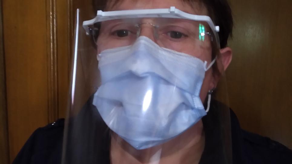 L'infirmière Nathalie Delachapelle portant une visière artisanale pour se protéger du Covid_19