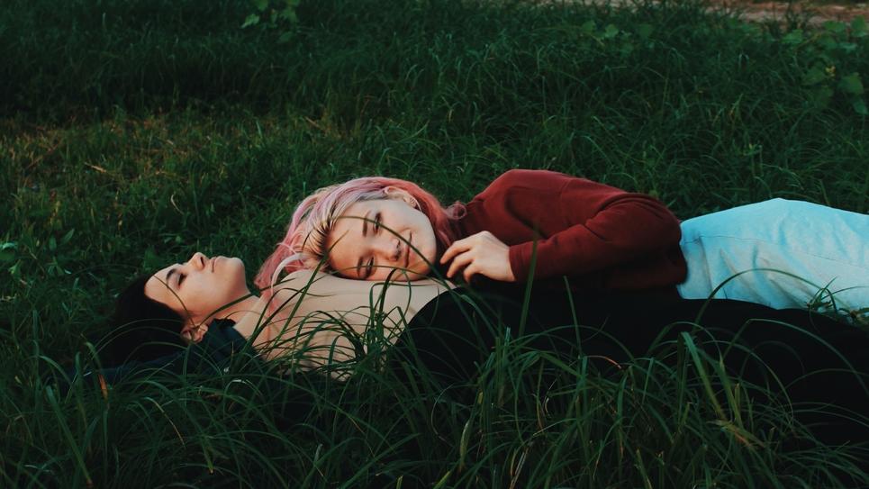 couple de femmes heureuses et souriantes