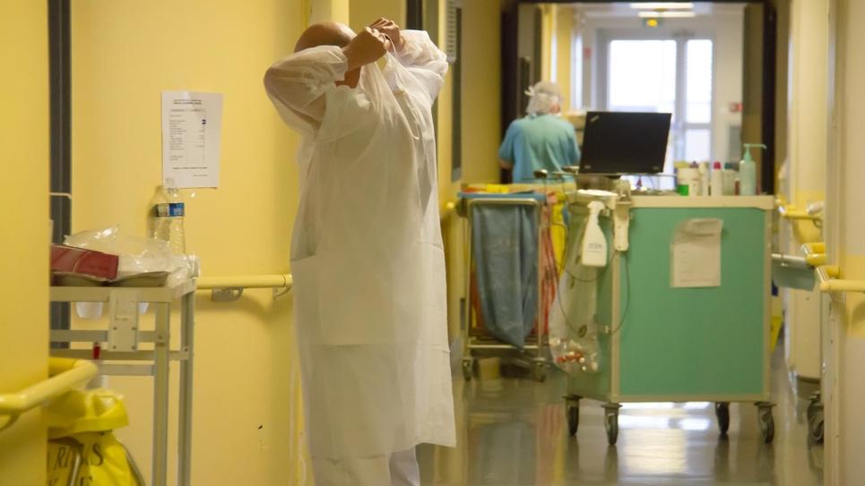 Médecins et soignants du centre hospitalier de Roubaix sur le pont pour lutter contre la pandémie