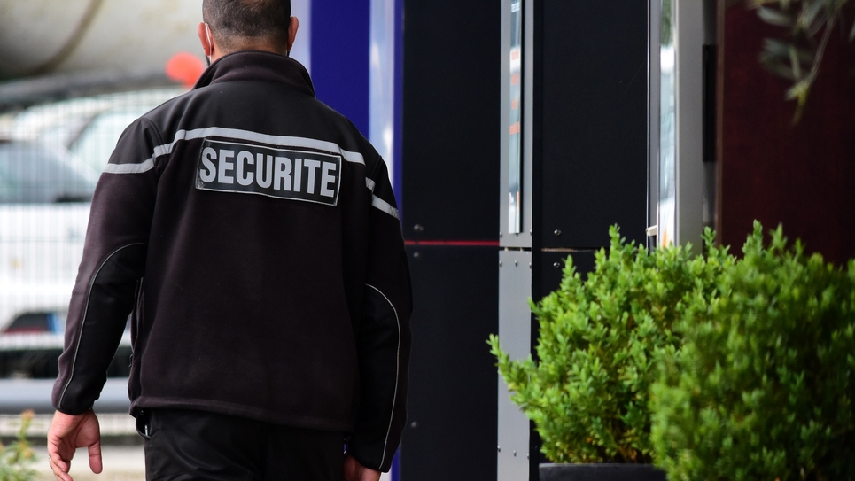 Deconfinement France - Overworked security guard
