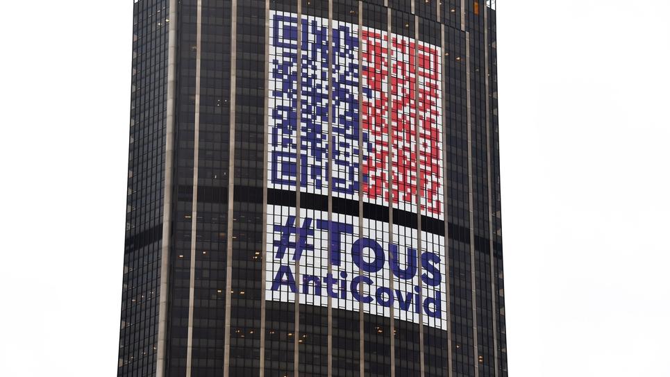 Le logo #TousAntiCovid sur la tour Montparnasse