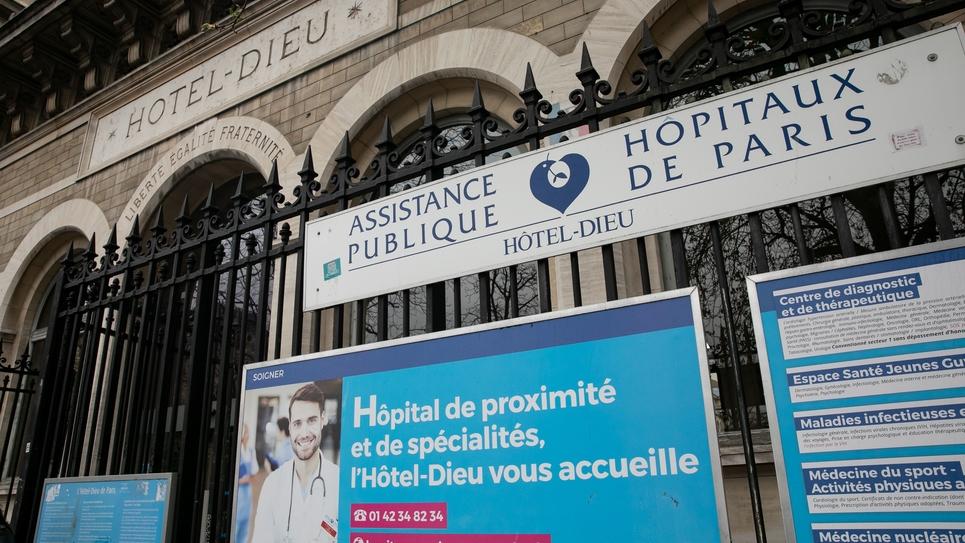 PARIS: Delabrement de l Hotel Dieu, AP HP, Assistance Publique Hopitaux Paris qui vient d'etre vendu