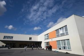 Des enfants dans la cour d'école Pauline Kergomard le 11 février 2016 à Sarcelles en France