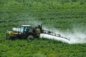 Un agriculteur pulvérise des produits phytosanitaires dans un champ de Méteren, dans le nord de la France, le 7 août 2017