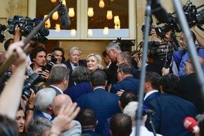 Marine Le Pen a fait mercredi 21 juin 2017 ses premiers pas de nouvelle députée FN du Pas-de-Calais à l'Assemblée au milieu d'une cohue de journalistes et accompagnée des sept autres députés FN