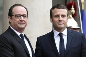 Le président François Hollande (g) et son successeur Emmanuel Macron, le 14 mai 2017 sur le perron de l'Elysée à Paris
