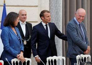 """Le président Emmanuel Macron (C) inaugure la commission sur les """"mille premiers jours de l'enfant"""" présidée par le pédopsychiatre Boris Cyrulnik (D), en présence de la ministre de la Santé Agnès Buzyn (G) à l'Elysée, le 19 septembre 2019 à Paris"""