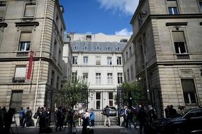 Des journalistes devant le siège du PS à Paris le 12 juin 2017