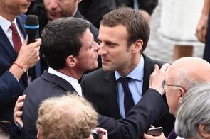Manuel Valls (g) et Emmanuel Macron à Paris, le 14 juillet 2016