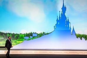 Le président français François Hollande à Disneyland Paris, à Marne-la-Vallée en région parisienne, le 25 février 2017