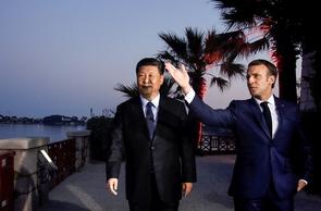 Emmanuel Macron et Xi Jinping visitent la villa Kérylos avant un dîner privé à  Beaulieu-sur-Mer, dans les Alpes-Maritimes, le 24 mars 2019
