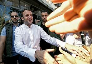 Le président Emmanuel Macron (C) salué par la foule dans les rues du Touquet (Pas-de-Calais), le 21 avril 2019