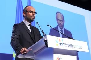 Le Premier ministre Edouard Philippe prononce un discours lors du 100e Congrès des maires de France, à Paris, le 21 novembre 2017