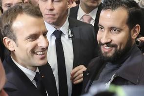 Le président Emmanuel Macron et Alexandre Benalla, alors chargé de sa sécurité, au salon de l'Agriculture à Paris, le 24 février 2018