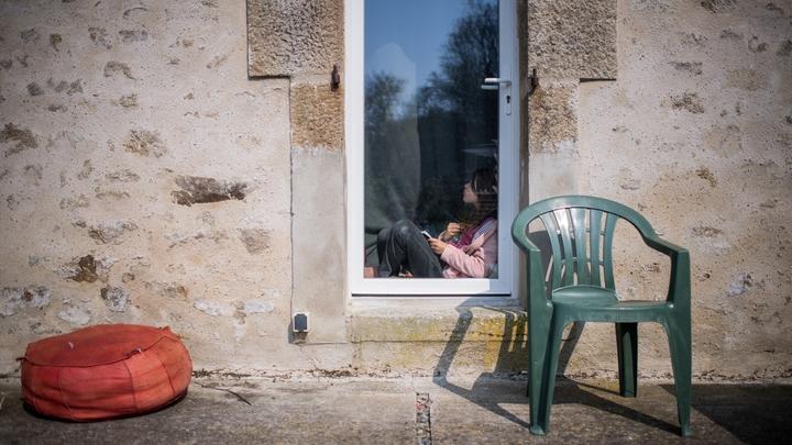 Une petite fille à sa fenêtre, à Lavau-sur-Laure, le 28 mars 2020'