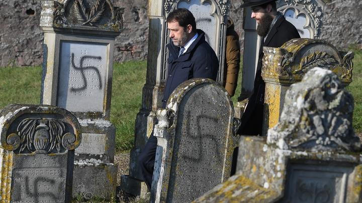 Le ministre de l'Intérieur Christophe Castaner (C) visite le cimetière juif de Westhoffen (Bas-Rhin), le 4 décembre 2019
