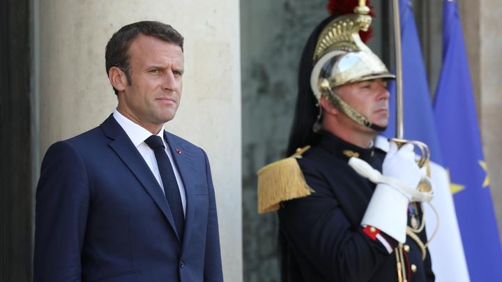 Le président français Emmanuel Macron sur le perron du palais de l'Elysée, le 24 juillet 2019 après avoir accueilli son homologue slovaque