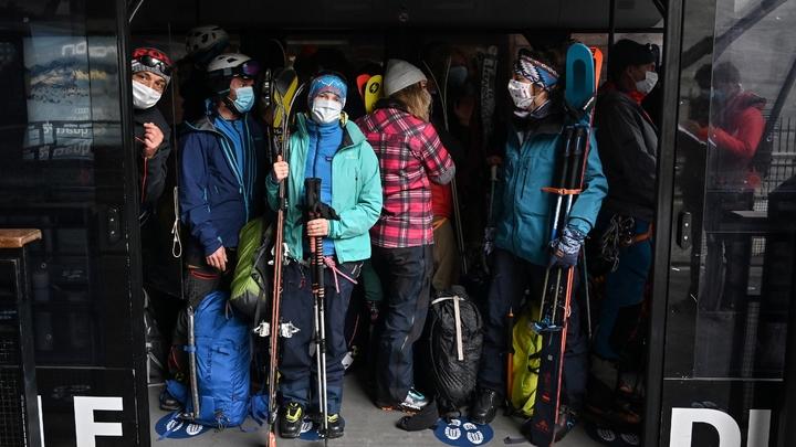 Des skieurs prennent le téléphérique de l'Aiguille du Midi, le 16 mai 2020 à Chamonix, lors du premier week-end post-confinement en France