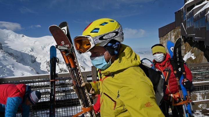Des skieurs portant des masques de protection arrivent en haut de l'Aiguille du Midi, le 16 mai 2020 à Chamonix lors du premier week-end de déconfinement